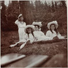 Empress Alexandra with her three youngest children : Maria, Anastasia & Alexei  date : 1909