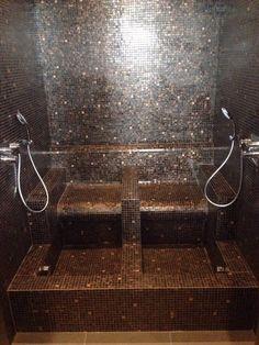 Asselux heeft in samenwerking met Asschert tegelzetbedrijf een maatwerk voetenbad geleverd en betegeld met glasmozaïek.