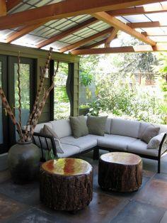 20 stilvolle Ideen für Sitzecke im Freien – bequemer Sitzplatz im Garten - bequmer sitzplatz im garten ecksofa beistelltische baumstumpf