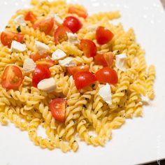 Nouveau post sur le blog  En ce moment je suis la pro des recettes rapides... Vous devinerez que ma vie est assez chargée en ce moment !!!!  Alors je vous propose une nouvelle recette spéciale soir j'ai pas de temps / j'ai pas grand chose dans le frigo ! Choisissez des tomates goûteuses et du bon fromage de chèvre.... Miam Miam Miam..... #food #pasta #tomate