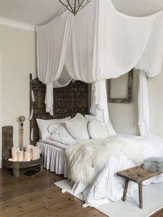 Sovhörna. Sänghimmeln som hänger ovanför sängen kommer från Ellos. Den mjukar upp och ramar in den lilla sovhörnan. På väggen ovanför sängen hänger en ram från Love warriors. Sängkappan kommer från Jotex.