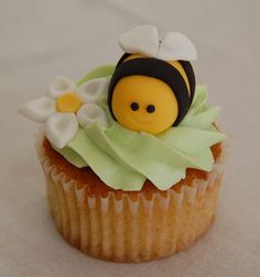 love the sploch of green Garden Cupcakes, Kid Cupcakes, Animal Cupcakes, Yummy Cupcakes, Cupcake Cakes, Fondant Icing, Fondant Toppers, Bumble Bee Cupcakes, Bee Cakes