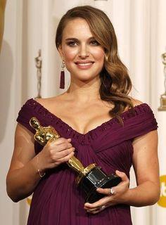 10 inspirerende brunettes - Natalie Portman heeft lange golvende bruine lokken, die ze langs één kant laat vallen.