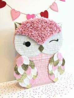 pinata basteln rosa eule, girlande mit herzen, servietten
