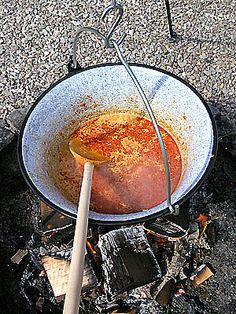 Paprykarz z ziemniaków (Paprikas krumpli) gotowany w kociołku