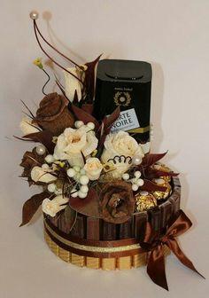 Buket iz konfet i kofe. Candy Bouquet Diy, Food Bouquet, Bouquet Box, Chocolate Pack, Chocolate Gifts, Chocolate Flowers, Chocolate Bouquet, Candy Flowers, Paper Flowers