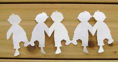 recortes de papel com bonequinhos de mãos dadas