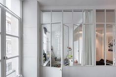 Een glazen wand in de ruimte zorgt ervoor dat de twee slaapkamers niet volledig worden afgescheiden van de ruimte, waardoor de woonkamer ook...