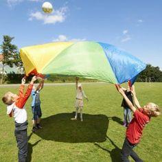 Le parachute est une grande toile synthétique, très solide, avec des poignées tout autour. Il sert de support à de nombreux jeux et moments d'échanges et de partages, privilégiant la coopération entre les joueurs. C'est un excellent outil pour intégrer des enfants porteurs de handicap dans un groupe et faire coopérer ensemble des personnes de capacités différentes. Découvrez sur notre blog plus de 25 idées d'utilisation !