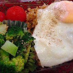 おはようございます(^-^)/ 今日はもはや定番となりつつあるナシゴレン弁当です。オリンピックで毎日寝不足〜!今日は二つの会議と、夕方から中華料理店で会食あり。 - 10件のもぐもぐ - ナシゴレン弁当 by moeyun