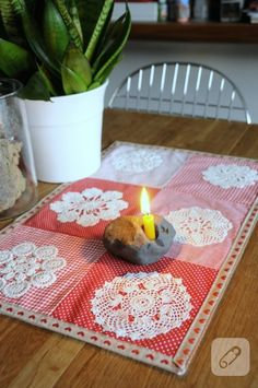 Recycling, do it yourself (DIY) projects, let's see, travel with kids … – CC – Willkommen in der Welt der Frauen Crochet Table Runner, Crochet Tablecloth, Quilted Table Runners, Crochet Doilies, Button Wreath, Doilies Crafts, Recycling, Bed Runner, Crochet Chart