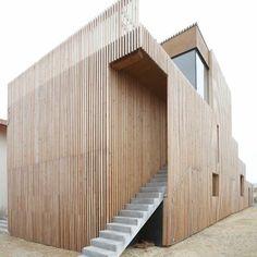 A Contis Plage, sur la commune de Saint-Julien-en-Born, dans les Landes, l'Atelier Ferret Architectures a réalisé la transformation et l'extension du restaurant la Pibale.