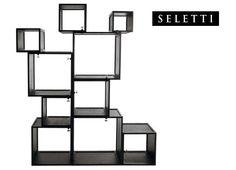 Seletti assemblage modulen design kast. 10 kubussen, 10 blokken, 10 loungecubes. 10 vierkante design kubussen van Seletti met de naam assemblage hebben ieder een verschillende afmeting waardoor een speels effect ontstaat. Op verschillende manieren te stapelen en te combineren. Te gebruiken als boekenkast, wallunit, wandkast, roomdivider of servieskast.