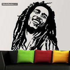 Recordado por su sus rastas o por canciones como 'I Shot the Sheriff' o 'No Woman, No Cry', Bob Marley es un músico, guitarrista y compositor jamaicano, el más respetado intérprete de la música reggae. Difundió la música de Jamaica y el movimiento rastafari. Con este vinilo decorativo podrás tener la actitud positiva de Marley en tu pared.