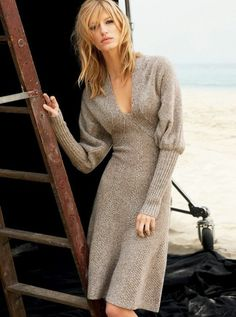 robe en laine couleur sable au décolleté profond