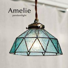 ブルーが目を惹くステンドグラスを使った照明器具です。レトロな中にもどこかモダンさがあって、それが今風な雰囲気を醸し出しています。和風洋風どちらにもマッチするデザインです。
