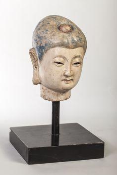 Tête féminine ornée d'un joyau dans sa chevelure. Stuc polychromé. Chine. Dynastie Ming. 1368 à 1644. 22 cm