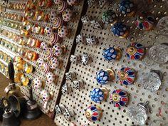 Puxadores de gaveta em banca da feira da Benedito Calixto, em Pinheiros