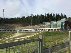 Lahden urheilukeskuksen alueella sijaitsevat myös Karpalon hyppyrimäet. Mäet toimivat junioreiden harjoitusmäkinä ja ovat muita mäkiä huomattavasti pienempiä. Pienemmät mäet valmistuivat vuosina 1977 ja 1978. /Netta