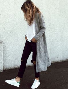 Street look jean noir top blanc, Stan Smith & gilet long gris