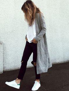 Street look jean noir top blanc, Stan Smith & gilet long gris