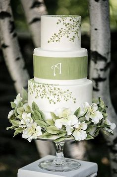 Green Wedding Ideas - This white wedding cake with green floral designs is a beautiful choice for a spring wedding celebration. Beautiful Wedding Cakes, Gorgeous Cakes, Pretty Cakes, Decoration Patisserie, Summer Wedding Cakes, Green Wedding Cakes, Green Weddings, Small Weddings, Green Cake