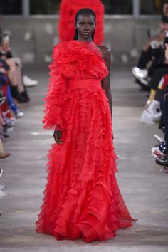 Falling roses, gorgeous models and deliciously vogue designs; elegantly make up the Maison Valentino Pre-Fall 2019 Fashion Show! Show looks include red Red Fashion, Red Carpet Fashion, Fashion Week, High Fashion, Autumn Fashion, Fashion Looks, Style Fashion, Valentino Couture, Valentino Women