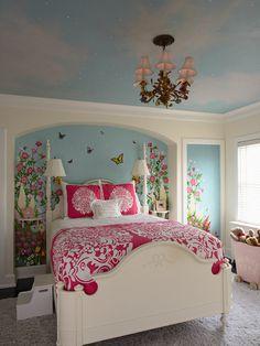白、水色、ピンクでまとめられたベッドルーム。ベッドの両脇にデスクライト、天井にはシャンデリアがあります。