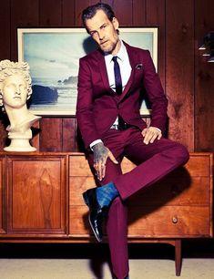 Acheter la tenue sur Lookastic:  https://lookastic.fr/mode-homme/tenues/blazer-chemise-de-ville-pantalon-de-costume-slippers-cravate--ceinture-chaussettes/1759  — Chaussettes bleu  — Pantalon de costume pourpre  — Blazer pourpre  — Chemise de ville blanc  — Slippers en cuir bleus marine  — Cravate en soie imprimé bleu marine  — Pochette de costume en soie bordeaux  — Ceinture en cuir bleu marine