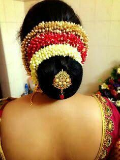 New south indian bridal hair style buns acupressure points ideas Wedding Reception Hairstyles, South Indian Wedding Hairstyles, Bridal Hairstyle Indian Wedding, Bridal Hair Buns, Bridal Hairdo, Indian Bridal Makeup, Indian Hairstyles, Wedding Makeup, Wedding Bride