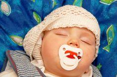 Μια μητέρα κοίμισε το άρρωστο ( κρυωμένο ) παιδί της , και μετά από λίγα λεπτά έβαλε σε ένα επιδέσμους με κρεμμύδι στο αυτί του . Αυτό το λαχανικό σκοτώσει μικρόβια και τα βακτήρια, το φωσφορικό οξύ βοηθά να καθαρίσει τα ιγμόρεια και στην ανακούφιση του βήχα και να απαλλαγούμε