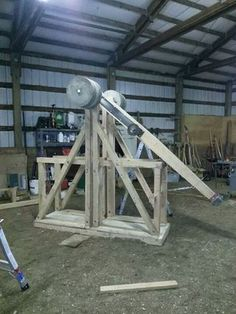 This is a general description of how to create a floating arm trebuchet. A trebuchet has an arm that rides on wheels, which roll forward on rails, while. Science Projects, Fun Projects, Engineering Projects, Wood Projects, Project Ideas, Carpentry Tools, Woodworking Projects, Floating Arm Trebuchet, Catapult Diy