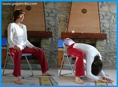 Yoga au bureau: flexion avant, jambes écartées