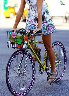 How to Chic: GIRLS WITH A BIKE - TREND