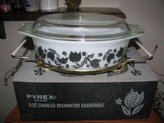 VINTAGE 50'S PYREX BLACK TULIPS 1 1/2 QT CASSEROLE WITH CRADLE MINT IN ORIG BOX