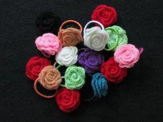 Als ik dan toch roosjes aan het haken ben, dan maar een serie: haarelastiekjes met gehaakt roosje. Het patroon van de roos komt van deze site: http://gratispatronen.blogspot.nl/search/label/Roosje #haken #crochet #roos #rose H