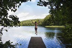 Nur einen kurzen Fußmarsch von Neuhausen entfernt lag ein kleiner, versteckter Waldsee,   umgeben von hohem Schilfgras, um zu baden. Dem gemütlichen Mittag am Teich folgt ein ebenso gemütliches Erwachen,  mit einem ausgiebigen Bad im Schwemmteich. Wer kein Schwimmzeug dabei hatte, springt einfach nackt in den Waldsee,  nach dem Sonnenbad gehen wir nochmals Schwimmen, wir mache derweil noch einige Schwimmrunden und trockne  derweil unseren Unterhosen. http://wandeleninsaksen.nl/