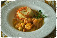 Camarão com manga e molho de leite de coco, gengibre e curry. Para acompanhar um cuscuz marroquino com tirinhas de cenoura.