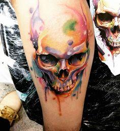 tatouage tête de mort en couleur de style aquarelle