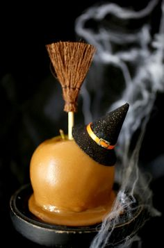 Halloween is full of tasty treats and delectable goodies, but don't miss out on this classic! Halloween caramel apples are a must-have this holiday season! Halloween Snacks, Diy Halloween Party, Scary Halloween Food, Halloween Party Appetizers, Hallowen Food, Appetizers For Kids, Healthy Halloween, Snacks Für Party, Halloween Witches