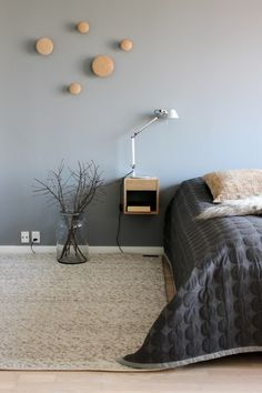 Grey bedroom with white trim and wood accents Home Bedroom, Modern Bedroom, Bedroom Decor, Grey Bedrooms, Bedroom Furniture, Bed Cover Design, Deco Design, Home And Deco, Bedroom Styles