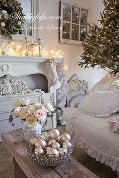 В этой статье мы собрали самые красивые и интересные идеи для декора пространства, чтобы помочь вам украсить свой дом к Новому Году - сделать его уютным и праздничным.
