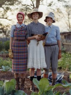 Garden chic! this reminds me of the movie with Diane Keaton, Jessica Lange,and Sissy Spacek.....