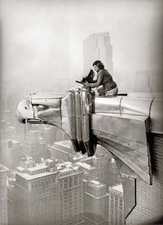 La photographe Margaret Bourke-White perchée sur l'aigle du Chrysler Building - photo Oscar Graubner 1935