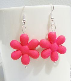 Bright neon pink retro 80's plastic daisy earrings by SparkleandComfort