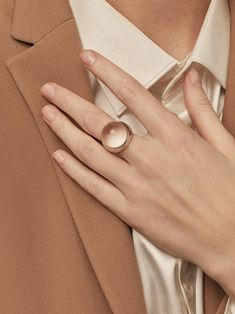 Winter style and jewellery inspiration in earthy red colors. Brown Aesthetic, Aesthetic Photo, Satin Blazer, Paris Mode, Jewelry Photography, Hand Photography, Minimal Chic, Looks Style, Fashion Details