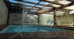 Unas cortinas de cristal para hacer un cerramiento en su pìscina pueden venir muy bien para mantener la piscina en perfectas condiciones. Contacte con nosotros y pida presupuesto sin ningún compromiso.
