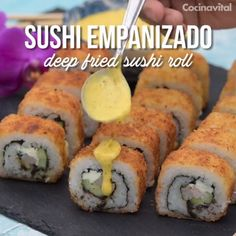 Si quieres una receta de sushi sencilla y económica, anímate a preparar este sushi empanizado de c Seafood Recipes, Mexican Food Recipes, Cooking Recipes, Cooking Corn, Indian Recipes, Bread Recipes, Fingerfood Party, Deli Food, Food Dishes