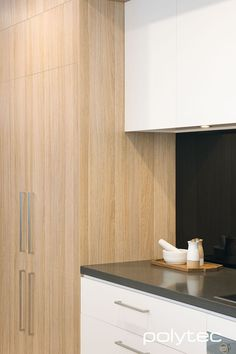 imi-beton wall panels in Grey Concrete Raw. MELAMINE doors and panels in Natural Oak Matt and Crisp White Legato. Hamptons House, The Hamptons, Laminate Benchtop, Oak Color, Yellow And Brown, Classic White, Wood Grain, Plank, Tall Cabinet Storage