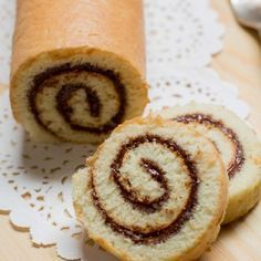 Nutella Swiss Roll - Swiss Roll Cake Recipe, Nutella Roulade Recipe This fluffy cake roll is wrapped with creamy Nutella and taste absolutely divine. Nutella Swiss Roll is an easy, delicious cake recipe you must try. Roll Cake Recipe Vanilla, Cake Roll Recipes, Delicious Cake Recipes, Yummy Cakes, Dessert Recipes, Cake Receipe, Eggless Desserts, Eggless Recipes, Nutella Recipes